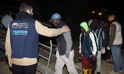 Flüchtlingsboot kentert - mehr als 90 Tote befürchtet