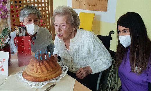 """Die 96-jährige Ernestine Wutscher mit Enkelsohn  Christian Mörtl und der Pflegerin Safeta Bacic. """"Wir möchten allen Pflegern danken"""", sagen Oma und Enkel."""