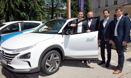 Landesräte Sebastian Schuschnig und Martin Gruber mit Hyundai-Flottenchef Michael Heilmann am Dienstag in Klagenfurt