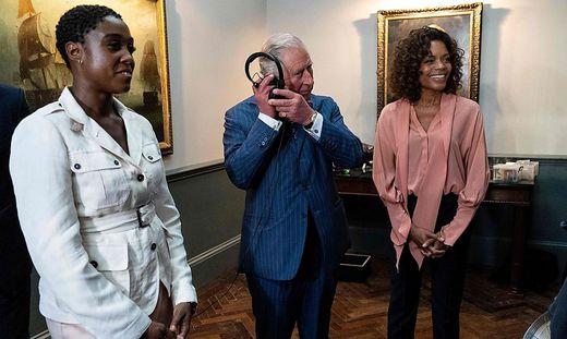 """Lashana Lynch am Set von """"James Bond"""" mit Prince Charles und Naomie Harris"""