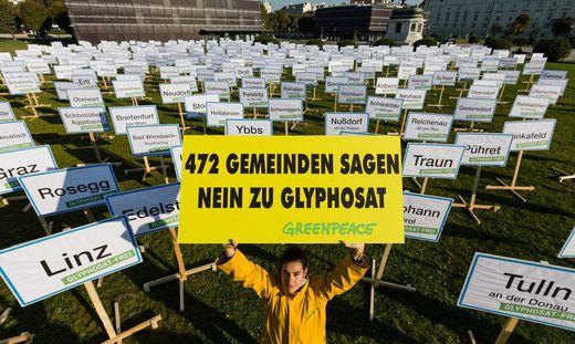 GLYPHOSAT: GREENPEACE PROTESTIERTE MIT 472 ORTSTAFELN AM HELDENPLATZ