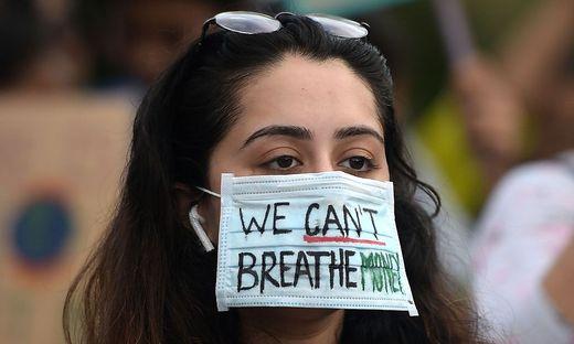 """Klima-Aktivistin mit der Botschaft: """"Geld können wir nicht atmen"""""""