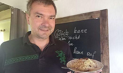 Roland Rabensteiner serviert auf der Grubbauerhütte auf der Kleinveitsch sein Rahmkoch