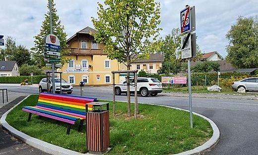 Erst vor drei Monaten wurden die Regenbogenbänke aufgestellt.