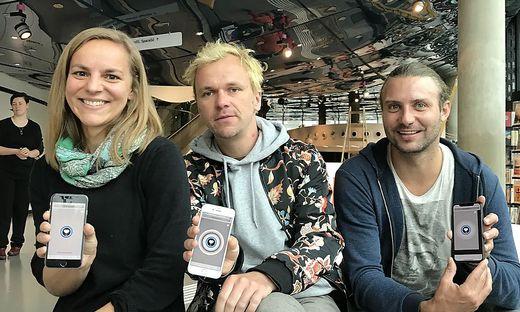 Elisabeth Schlögl und Andreas Graf vom Kunsthausteam mit Medienkünstler Tristan Schulze
