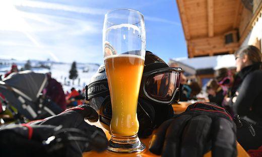 Gemeinden sollen über Sperrstunde in Skihütten entscheiden. Viele Gemeindevertreter und Hüttenwirte fordern aber eine einheitliche Lösung (Symbolfoto)