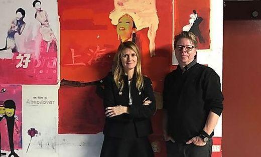Angela Fabris und Jörg Helbig vor Filmpostern im Kino Visionario in Udine