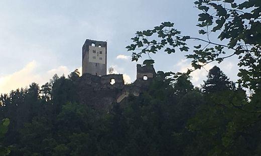 Das Hakenkreuz auf der Ruine Hochkraig ist endlich Geschichte