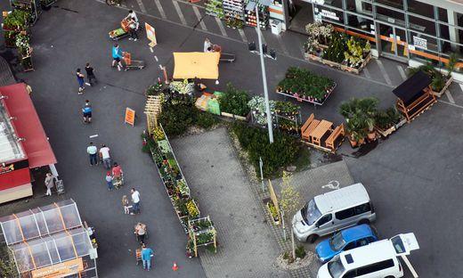Schlange stehen vor dem Bau- und Gartenmarkt