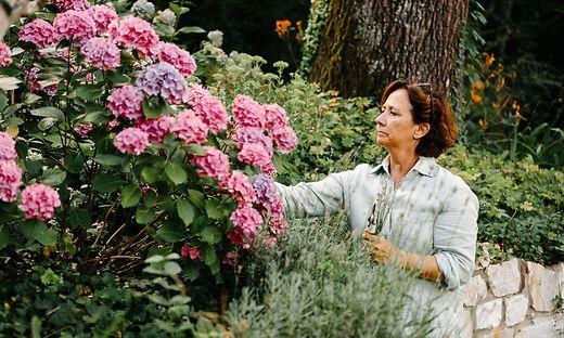 Gabriele Semmelrock-Werzer in ihrem Garten