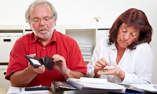 Aelteres Paar zaehlt Geld
