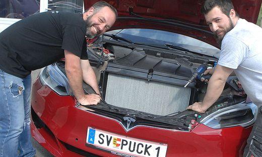 Die Tesla-Mechaniker Gindl und Stöby (von links)