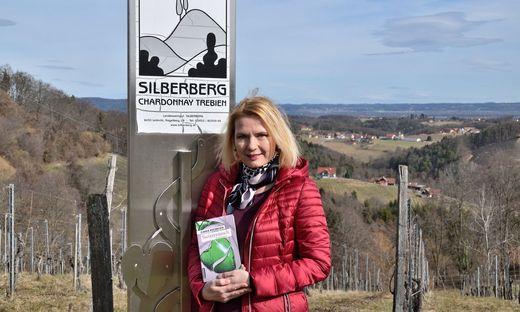 """Autorin Claudia Rossbacher mit ihrem neuen Roman """"Steirerrausch"""", der in den Kitzecker Weinbergen spielt"""
