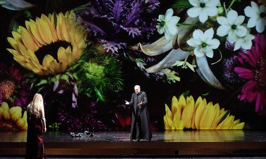 Mélissa Petit und Charles Workman vor welkender Blumenlandschaft