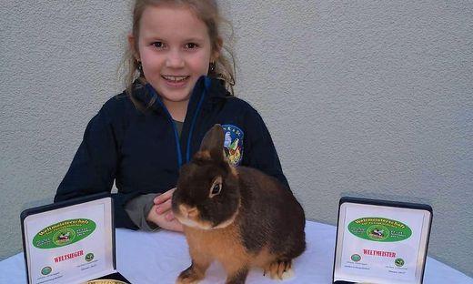 """Weltmeisterin Leonie Rainer mit ihrem Weltsieger-Kaninchen der Rasse """"Farbenzwerge lohfarbig havanna"""""""