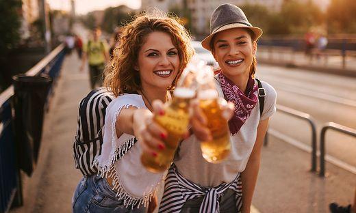 Fast jede zweite Frau trinkt Bier gerne in Gesellschaft