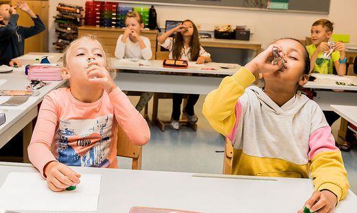 Anna und Maryan von der 2a der Klagenfurter Rennerschule beim Spülen
