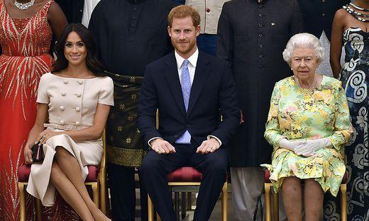 Meghan, Harry und die Queen auf einem Bild aus besseren Tagen