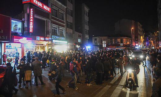 Details zur Regelung waren zunächst unklar - und weil die Maßnahme erst knapp zwei Stunden vor Mitternacht (Ortszeit) verkündet wurde, setzten in Istanbul sofort Panikkäufe ein