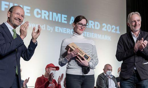 Alex Beer freute sich über den Award aus den Händen von Kulturstadtrat Günter Riegler (rechts) und dem Konzernsprecher der Energie Steiermark, Urs Harnik-Lauris.