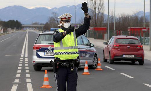 Die Polizei kontrolliert stichprobenartig negative Coronatests bei der Ausreise aus Wiener Neustadt.