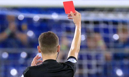 ROTE KARTE PLATZVERWEIS 2.Fussball Liga Saison Spielzeit 2021-2022 Spiel FC Schalke 04 - KSC 1 : 2 am 17.09. 2021 in der