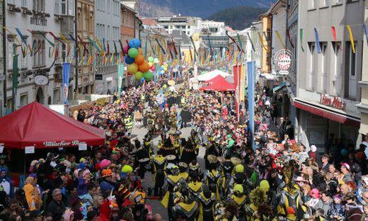 Unvorstellbare Bilder in Zeiten von Corona: 20.000 Menschen beim Faschingsumzug in Villach