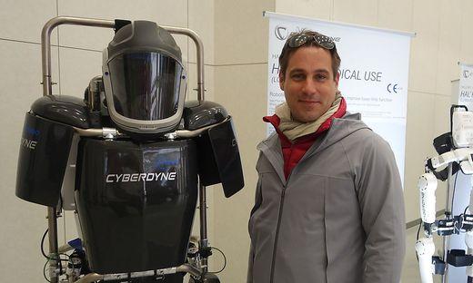 Auf der Suche nach Projekten für Social Innovation: Sebastian Haselsteiner bei einem Erzeuger von Pflege-Robotern in Japan