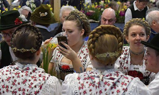 """In der weißbierseligen Bayernhalle wird die Steigerungsform des Wortes """"Oktoberfest"""" erprobt"""