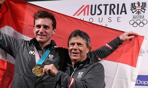 Super-G-Olympiasieger Matthias Mayer und ÖSV-Präsident Peter Schröcksnadel jubeln über die Alpin-Erfolge