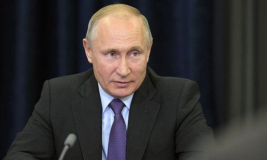 Wladimir Putin, der russischen Präsident, der mit Außenministerin Karin Kneissl ein Tänzchen wagte