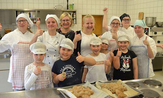 Die jungen Bäcker hatten sichtlich Freude am Brotbacken