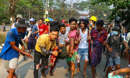Alleine Tausende Demonstranten kamen einem Augenzeugen zufolge am Sonntag in der Gemeinde Hlaing Thar Yar im Westen der ehemaligen Hauptstadt Yangon zusammen