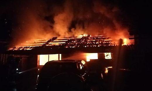 Ein Nebengebäude, das an einen Stall angebaut ist, stand bereits in Vollbrand als die Feuerwehr kam. Das Gebäude war nicht mehr zu retten