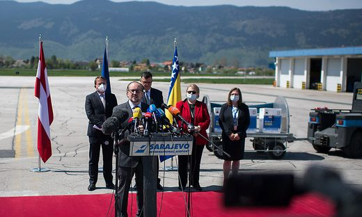 Außenminister Schallenberg bei der Impfstoff-Übergabe in Sarajewo