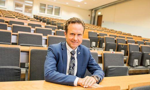 """Rektor Peter Granig im Corona-bedingt – noch – leeren Audimax der der Fachhochschule Kärnten in Villach: """"Wir haben durch die Pandemie weniger als ein Prozent der Studierenden verloren"""""""