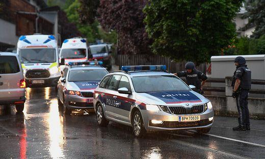 Einsatzkräfte der Polizei bei der Festnahme in Imst