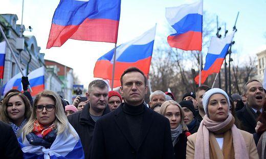 Nawalny mit seiner Frau (rechts) und politischen Mitsteitern