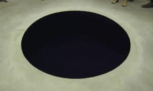 Mann hielt Kunstwerk für optische Täuschung - und stürzte hinein