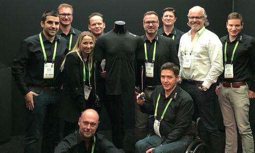 Das QUS-Team rund um Hannes Steiner (hinten, 4. v. r.) bei der Elektronikmesse CES in Las Vegas