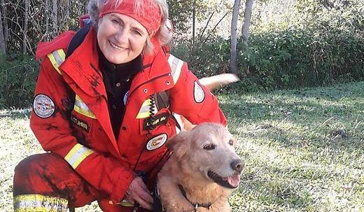 "Gabi Kalbhenn mit ihrer Rettungshündin ""Myszka"""