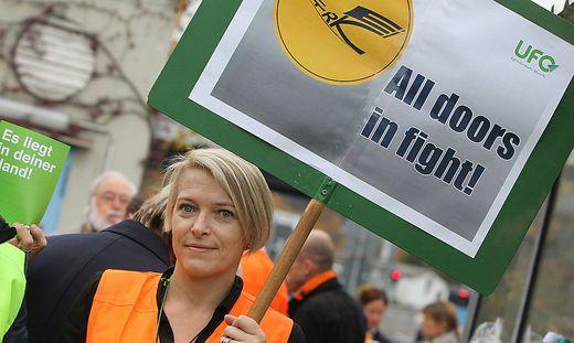 Länger als angekündigt: Lufthansa-Flugbegleiter streiken bis Mitternacht