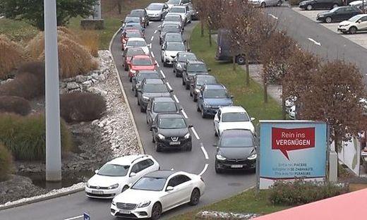 Langer Stau bei der Zufahrt zum Atrio in Villach