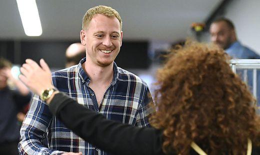 """Gestern konnte Max Zirngast wieder Familie und Freunde in die Arme schließen. Der Steirer landete in Wien: """"Ich bin glücklich"""""""