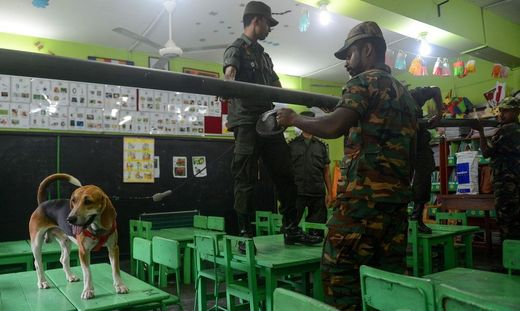 Soldaten durchsuchen Klassenzimmer