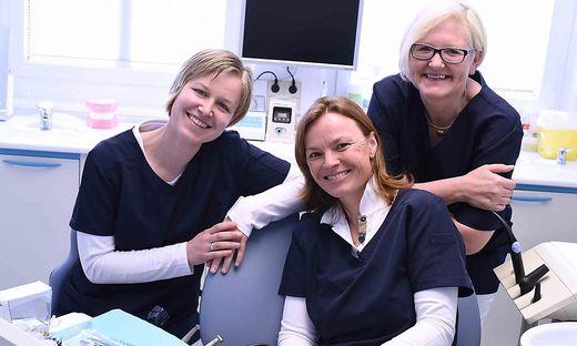 Ingeborg Wohlfahrt Lackner mit ihren beiden Assistentinnen in der Ordination