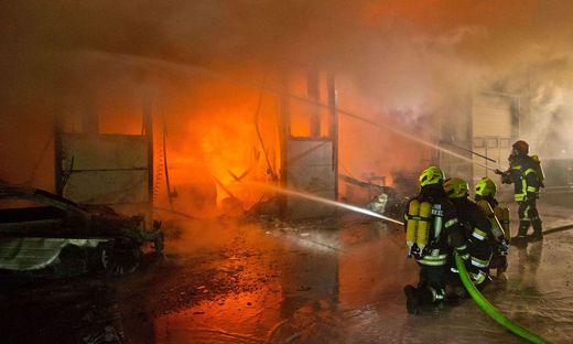 Werkstatt eines Autohauses stand in Flammen