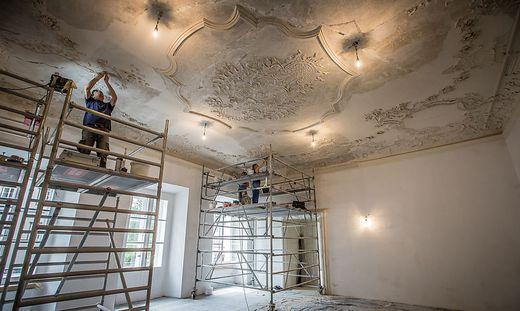In mühevoller Kleinarbeit wird Schicht für Schicht für die Restauration abgetragen.