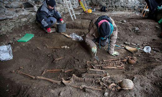 Zwölf Gräber wurden bei den Grabungsarbeiten auf der Burg Heinfels gefunden