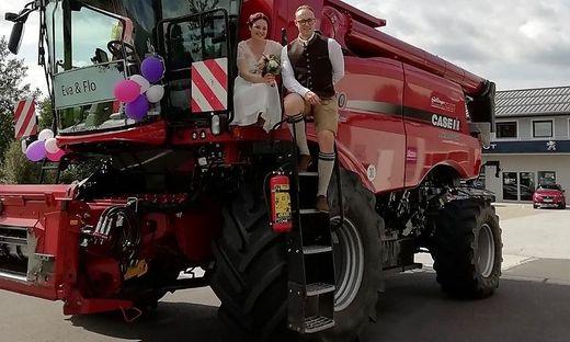 """Zum Standesamt fuhren Florian Mandl von """"Die jungen Südsteirer"""" und seine Eva mit dem Mähdrescher"""